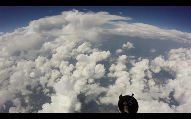 GoPro terbang diantara awan