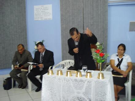 Pr. Isaias  dando  inicio  ao  projeto  da  Rosa