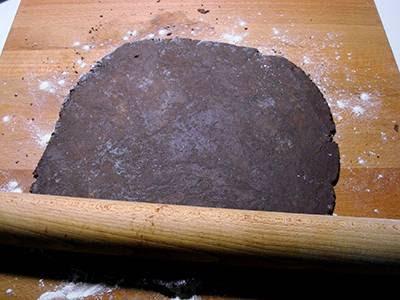 Crostata di cioccolato e more: stendere la pasta frolla su un piano infarinato