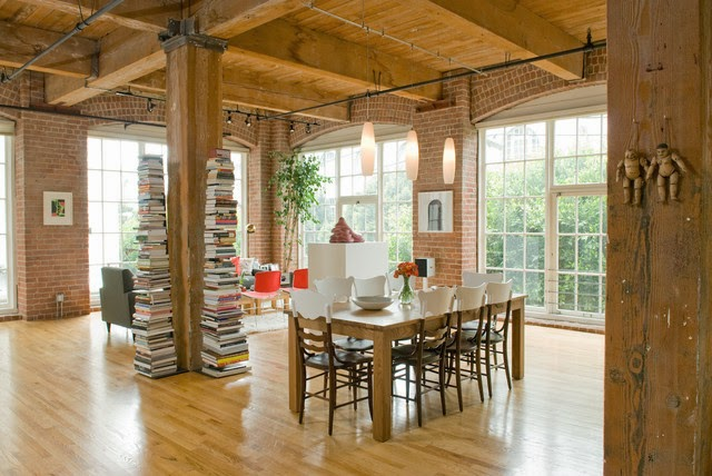 Si l'architecture de votre maison le permet, entourez l'une des colonnes présentes dans votre salon par des piles de livres.