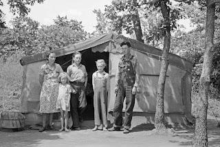http://3.bp.blogspot.com/-0bk1REg-dMg/UHw2r16IG6I/AAAAAAAAQ3s/Pw6b0OFAm3E/s320/Russell+Lee+-+Family+of+agricultural+day+laborers+living+in+tent+near+Spiro,+Oklahoma,+1939.jpg