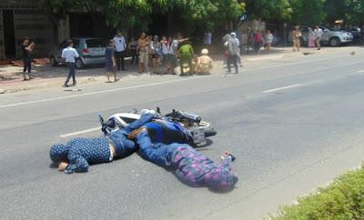 Ba người nằm bất tỉnh tại hiện trường sau cú va chạm mạnh.