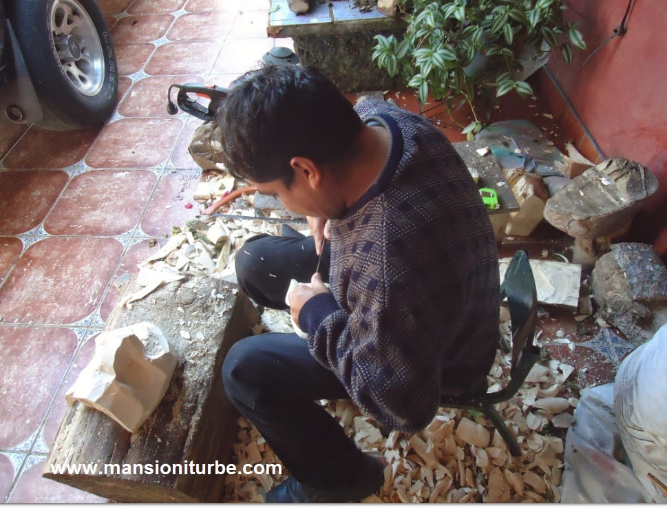 Modesto Horta tallando máscara de madera en su taller en Tócuaro.