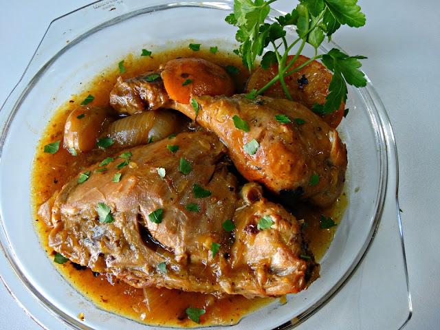 Pata y muslo de pollo a la naranja decorada con perejil