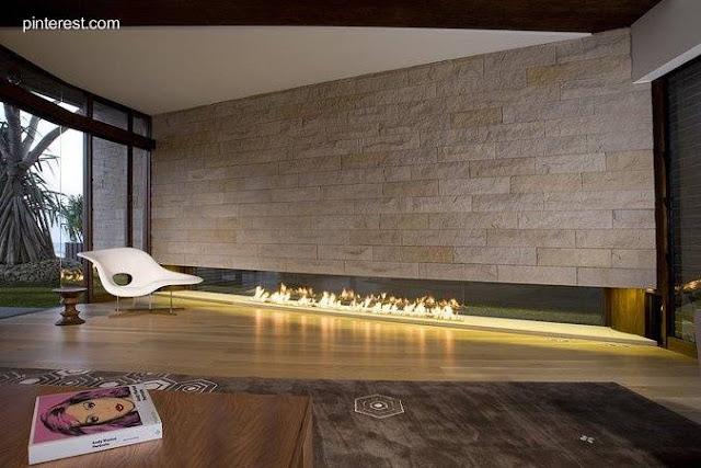 Hogar contemporáneo cinta de fuego en interiores