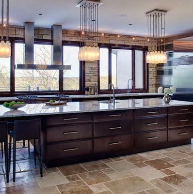 Gran isla para cocina con iluminaci n en techos for Techos para cocinas