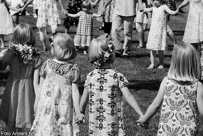 midsommar, midsommarfirande, olofström, holje park, holjeparken, små grodorna, midsommarstång, majstång, dans kring, folkdans, foto anders n