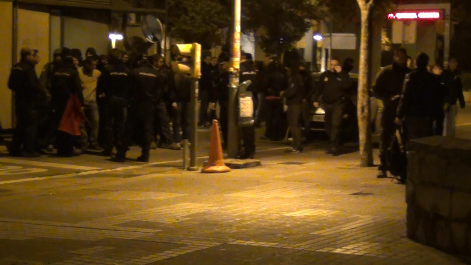 Policía identificando a lxs estudiantes el 20N
