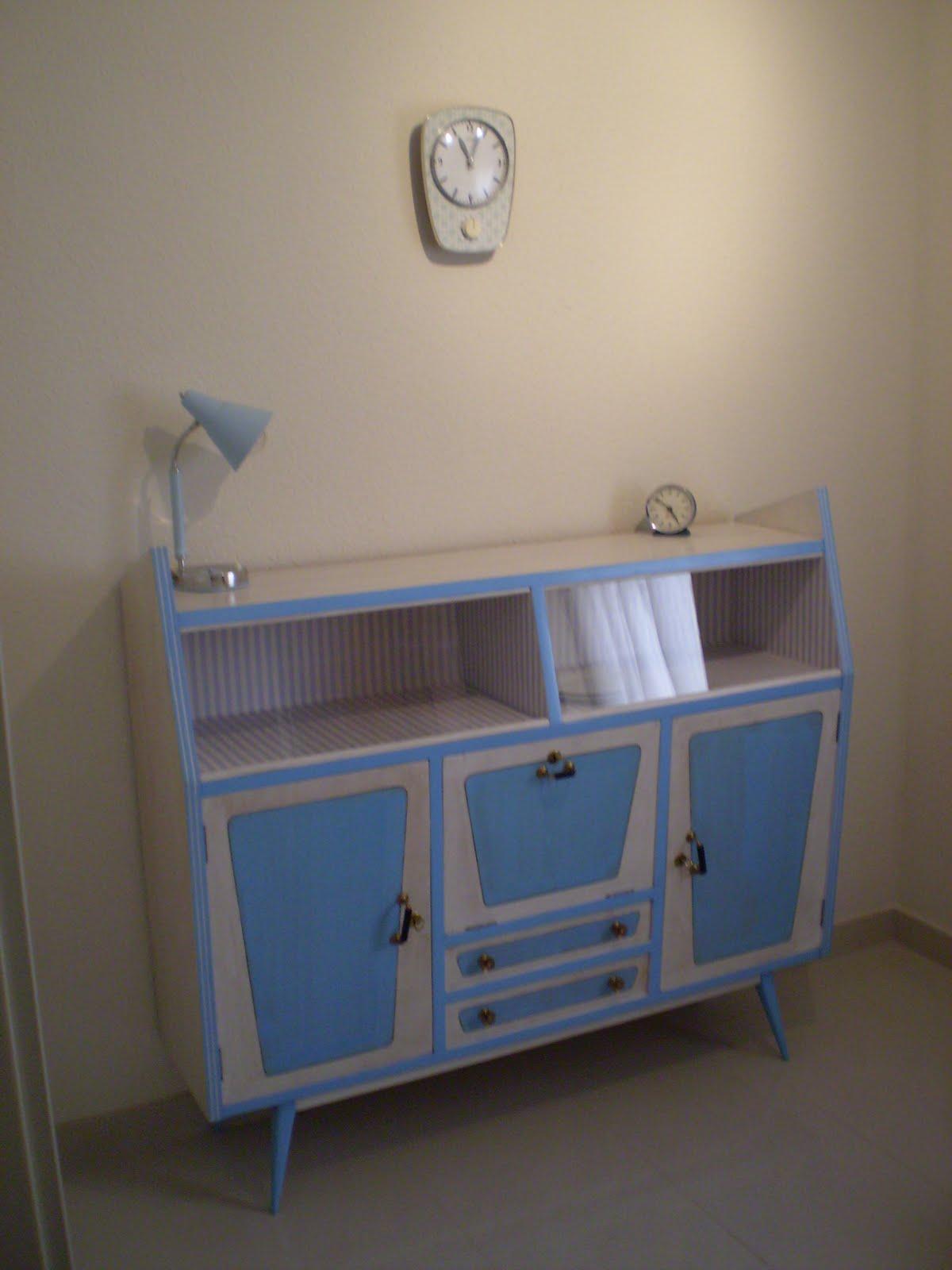 Vintager a aparador a os 50 te ido en azul y blanco for Aparador anos 50