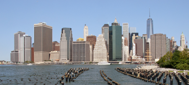 Vue sur Manhattan depuis la rive du Brooklyn Bridge Park