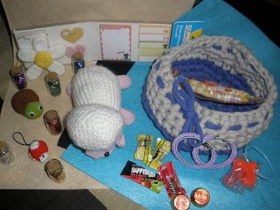 Varios regalos realizados a crochet: amigurumis, trapillo, pendientes...