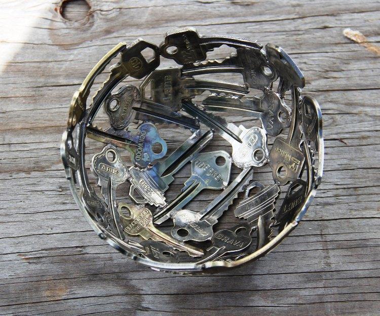 وعاء مصنوع من المفاتيح القديمة