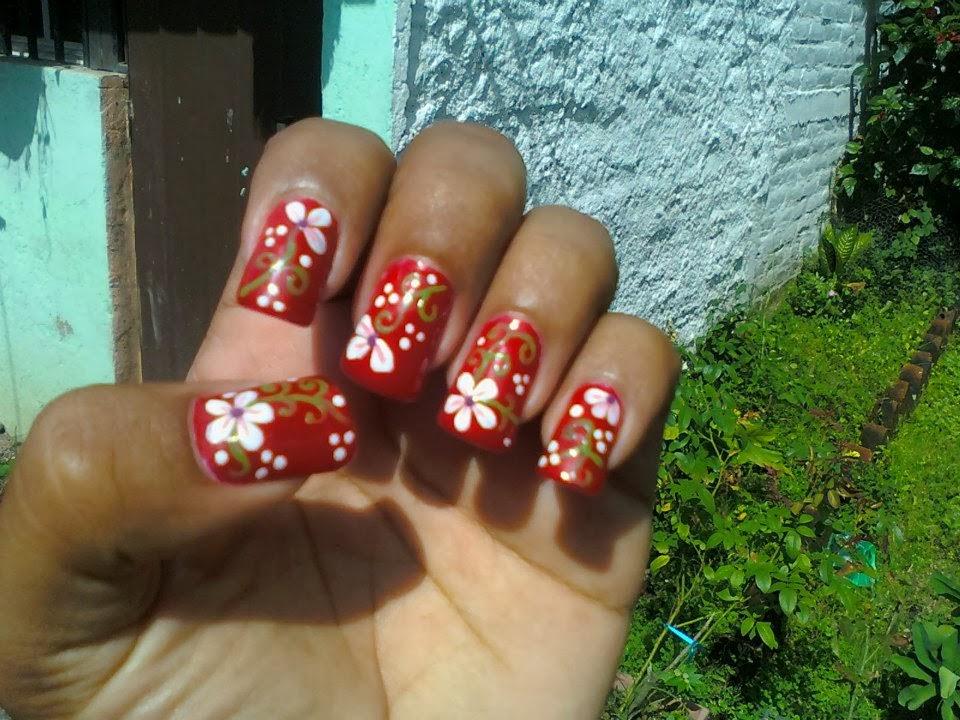 Uñas Decoradas Rojas Con Flores Blancas