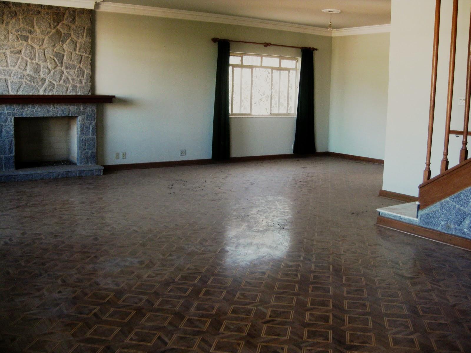 Cozinha azulejada até o teto com bancada de granito e inox com  #5C4938 1600x1200