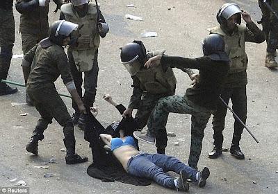 Biadab, Aparat Mesir Telanjangi Busana Muslim Pendemo Wanita
