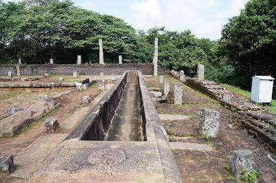 каменный желоб в развалинах трапезной монастыря на вершине Михинтале, необъяснимые загадки Шри-Ланки