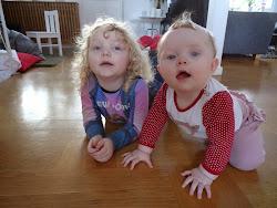 Olivia och Isabel skickar dig en hälsning