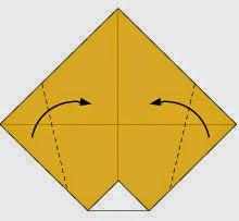 Bước 3: Gấp chéo hai góc tờ giầy vào trong.