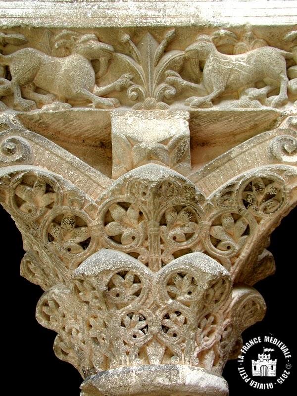 MOISSAC (82) - Le cloître roman : chapiteau à décor végétal et boucs