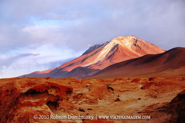 vulcão ollangue na fronteira entre bolivia e chile