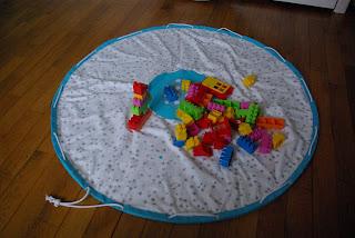 http://www.sohome-made.blogspot.fr/2013/03/tapis-ramasse-tes-jouets.html