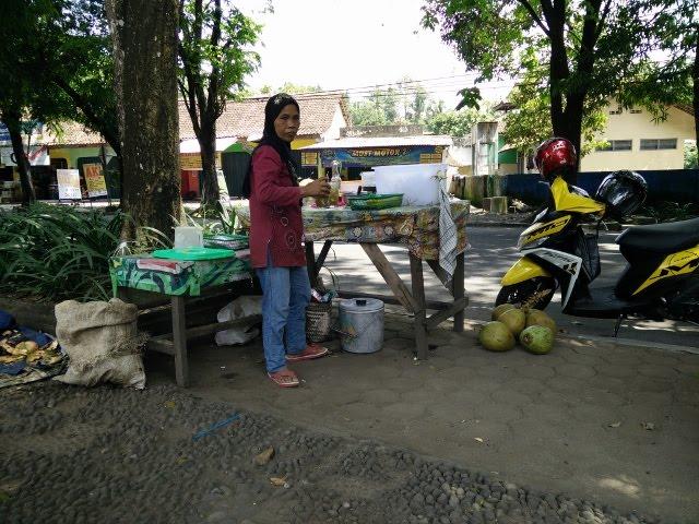 Salah satu penjual es kelapa di Taman Sleman Kota