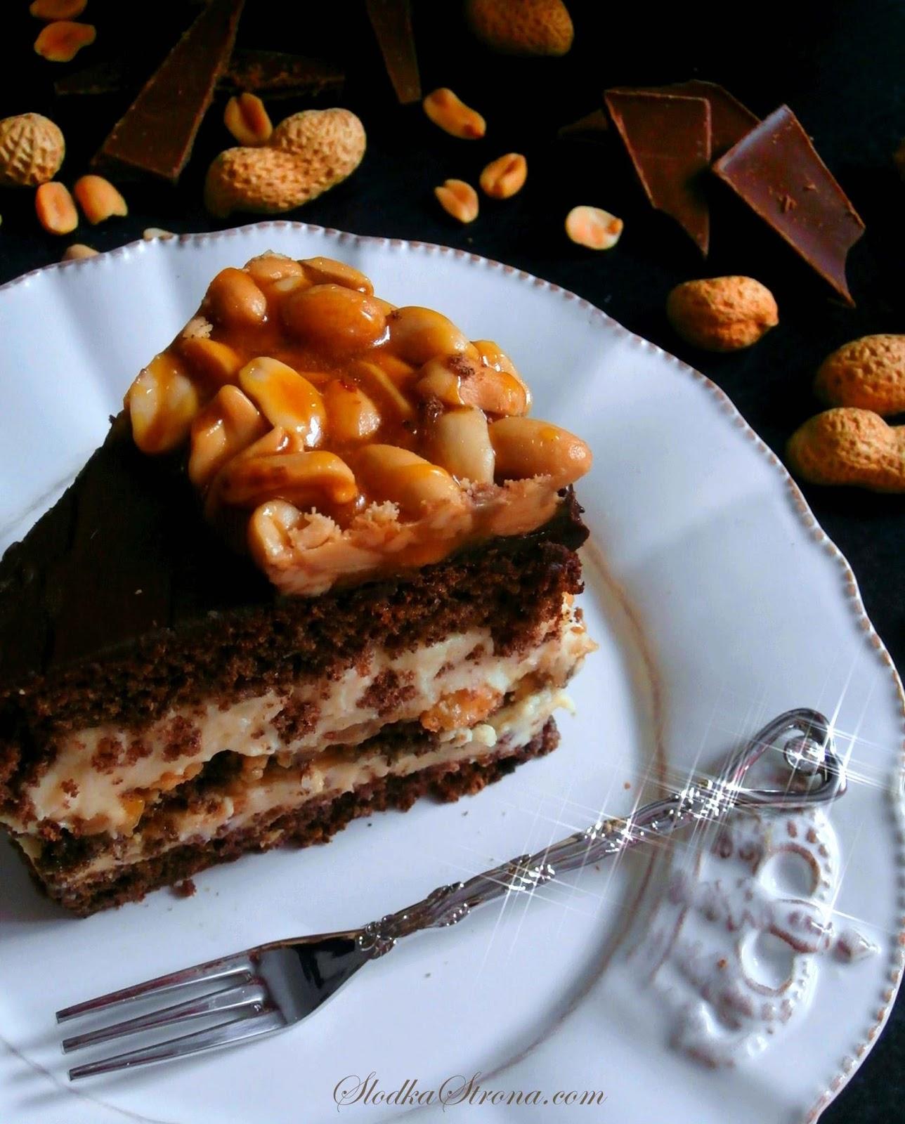 Tort Czekoladowy z Kremem z Masła Orzechowego, Karmelem i Polewą Czekoladową (Tort a'la Snickers) - Przepis - Słodka Strona