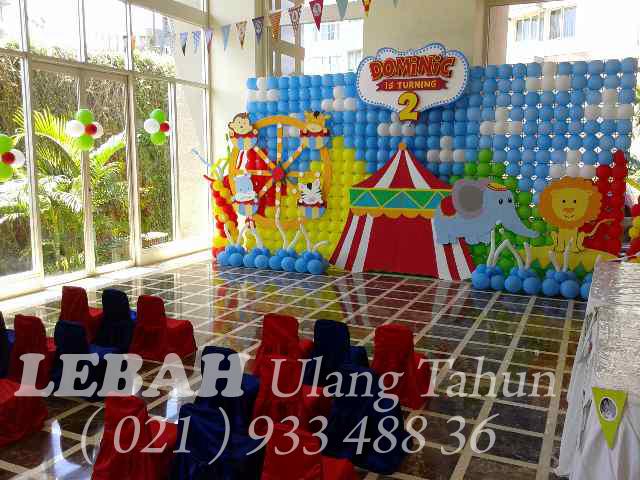 circus balloon wall