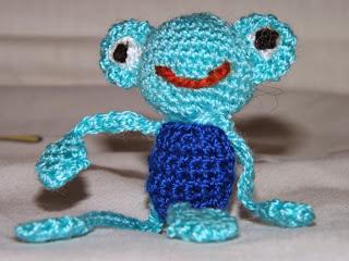 Rana tejida a ganchillo o crochet