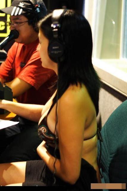 Foto Nekat Cewek Penyiar Radio Bugil