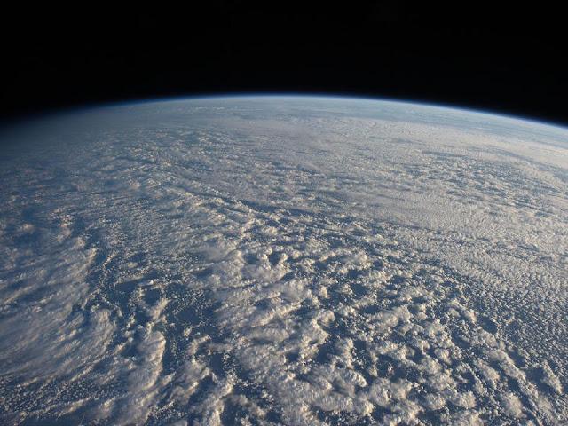 Foto da Estação Espacial mostra nuvens sobre o oceano