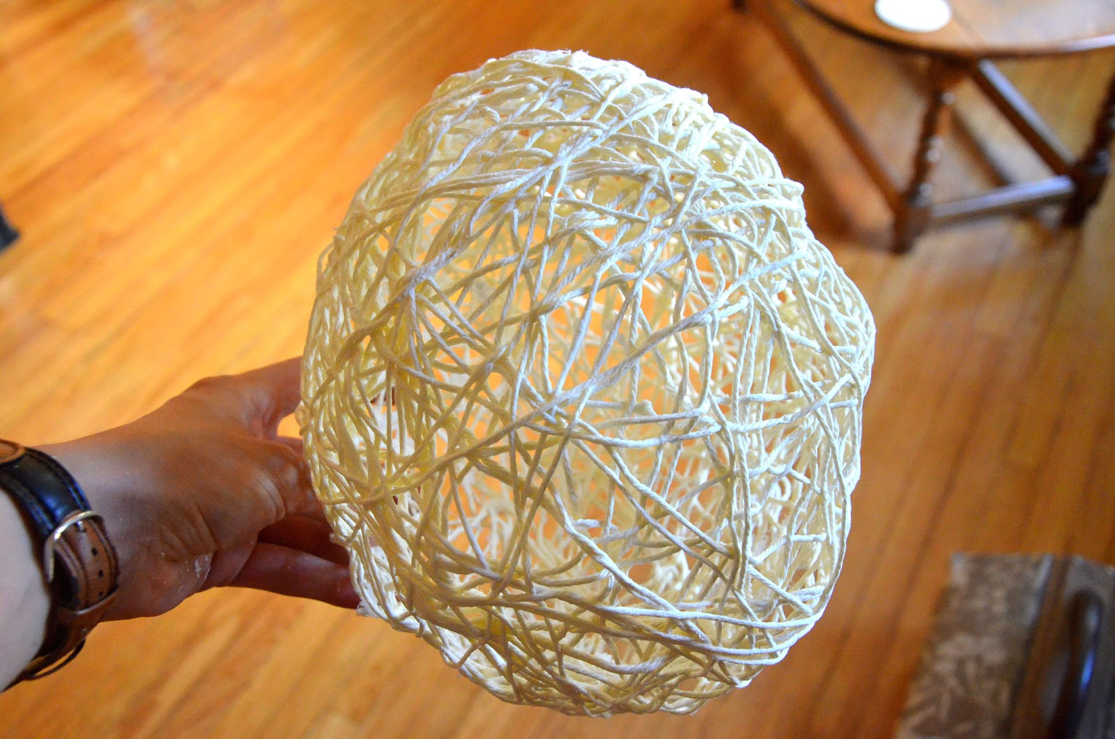 Декоративный шар из ниток своими руками. Мастер-класс 37