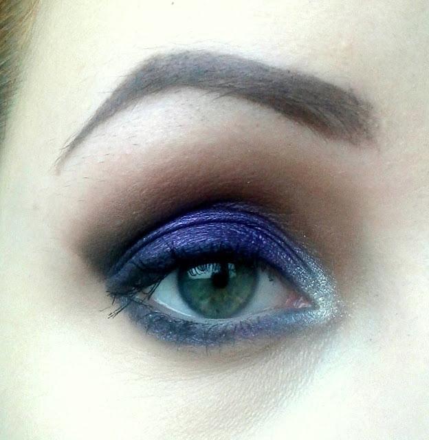 Mocny makijaż z fioletem w roli głównej, wykonany paletkami MakeUp Revolution