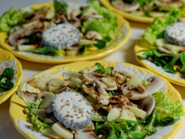 Salade de pommes, chèvre, champignons et pignons grillés