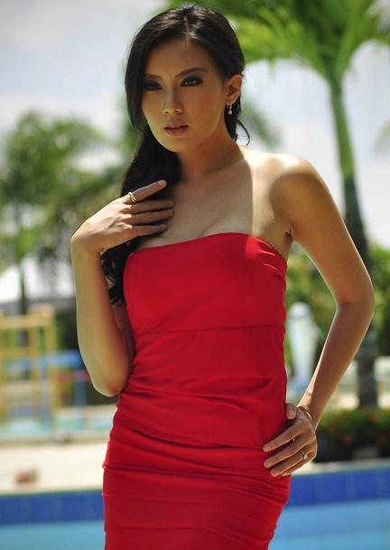 Gaun merah Kennova Prawesty