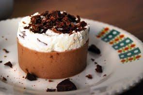 Budino di cioccolato nero all'aroma naturale di menta con spuma di ricotta al Marsala