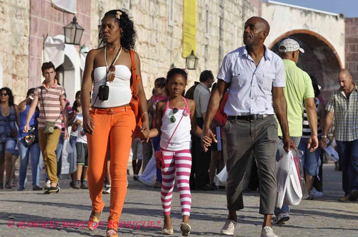 Una familia en la Fortaleza San Carlos de la Cabaña, durante el desarrollo de la XXII Feria Internacional del Libro Cuba 2013, en la Habana, el 21 de febrero de 2013.