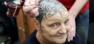 anciana se tatúa cabello