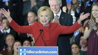 El equipo de Clinton declara vencedora a la candidata en Iowa