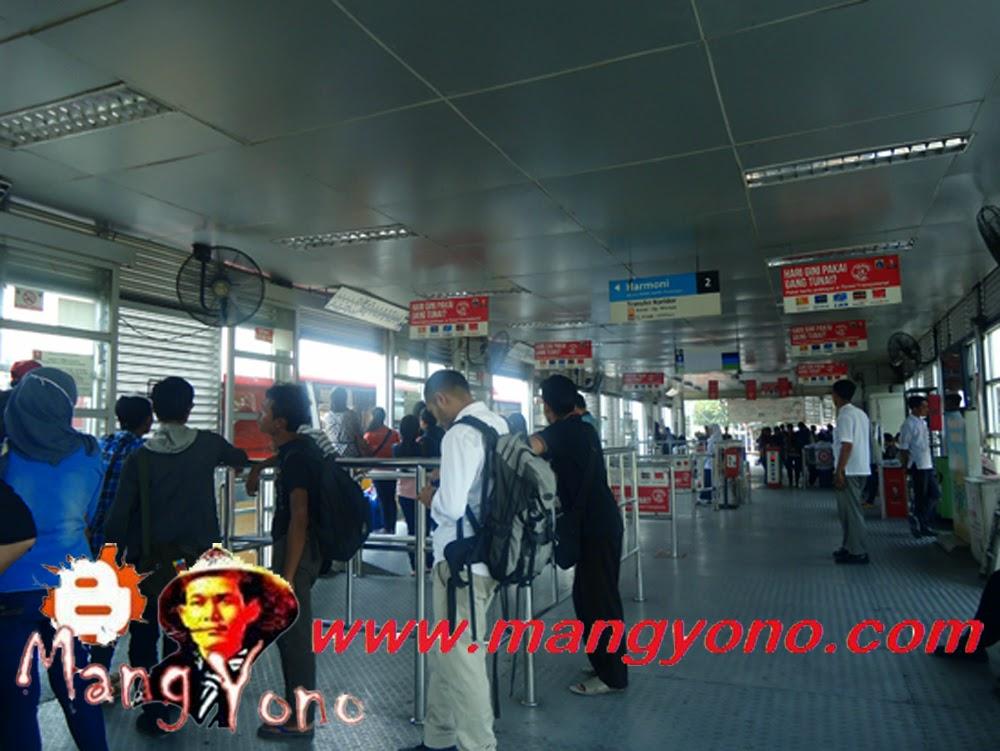 Halte TransJakarta Busway Pulogadung. Poto jepretan admin