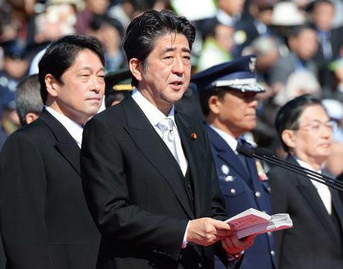 Thủ tướng Nhật Shinzo Abe (giữa) phát biểu trước 4.000 binh sĩ của Lực lượng Phòng vệ Nhật Bản tại Trại huấn luyện Asaka hôm nay. Đứng sau ông Abe là Bộ trưởng Quốc phòng Nhật Itsunori Onodera. Ảnh: AFP