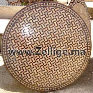des tables en zellige marocain ronde couleur marron et. Black Bedroom Furniture Sets. Home Design Ideas