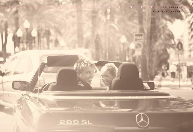los novios saludan desde un Mercedes descapotable