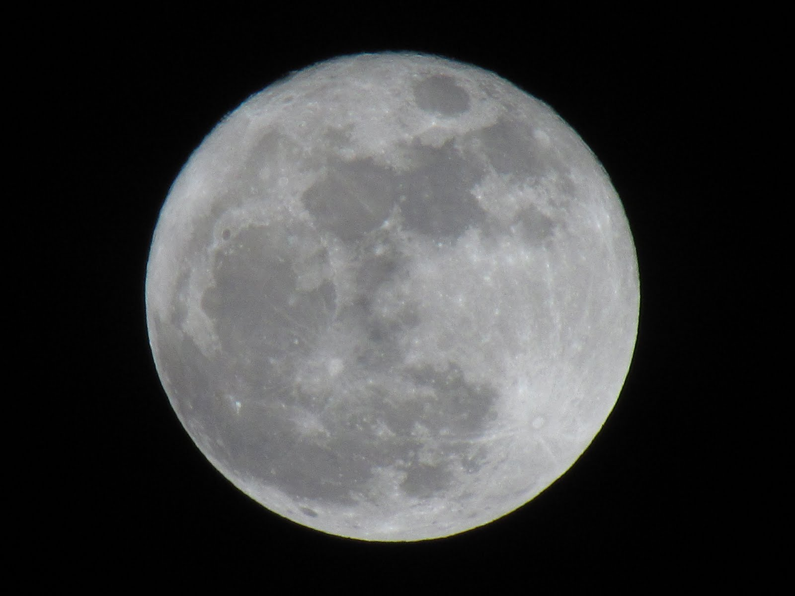 Beautiful moon tonight. Supposed to be at its closest ( perigee ...