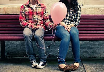 كيف تعرف ان حبيبتك تحبك - بنت وولد يجلسان على مقعد حديقة - balloon-bench-boy-cute-girl-love-