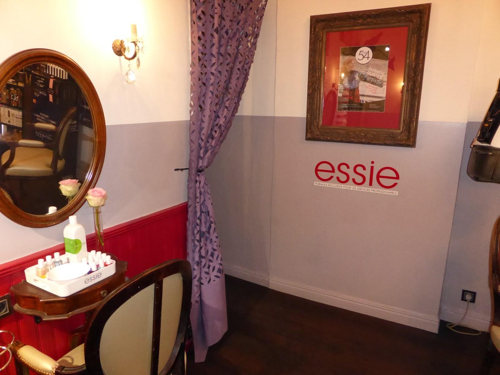 Mise à disposition du nécessaire pour réaliser votre manucure et pose de verni de la marque Essie lors de vos rendez-vous couleur, mèches, balayage, permanentes ou lissage.