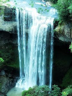 Cascata Salto Ventoso, Farroupilha. Queda d'água com caverna, ao fundo.