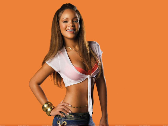 rihanna_smiling_wallpaper_Fun_Hungama