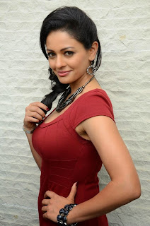 Pooja Kumar Pictures in Short Dress at Uttama Villain Press Meet ~ Celebs Next