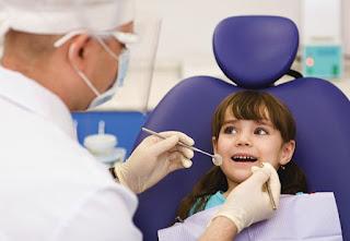 Memeriksa kesehatan gigi ke dokter